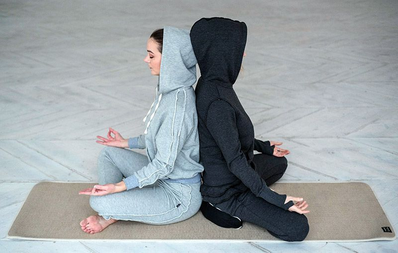 Две девушки медитируют в одежде Ojas Aura (Yogin)