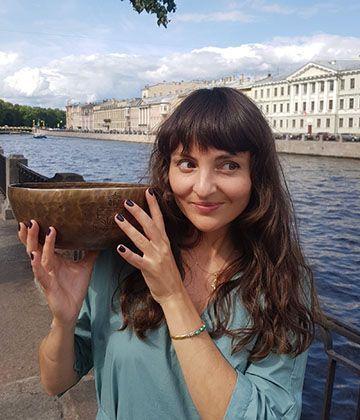 Мастер звукотерапии Изольда Изотова и её поющие чаши
