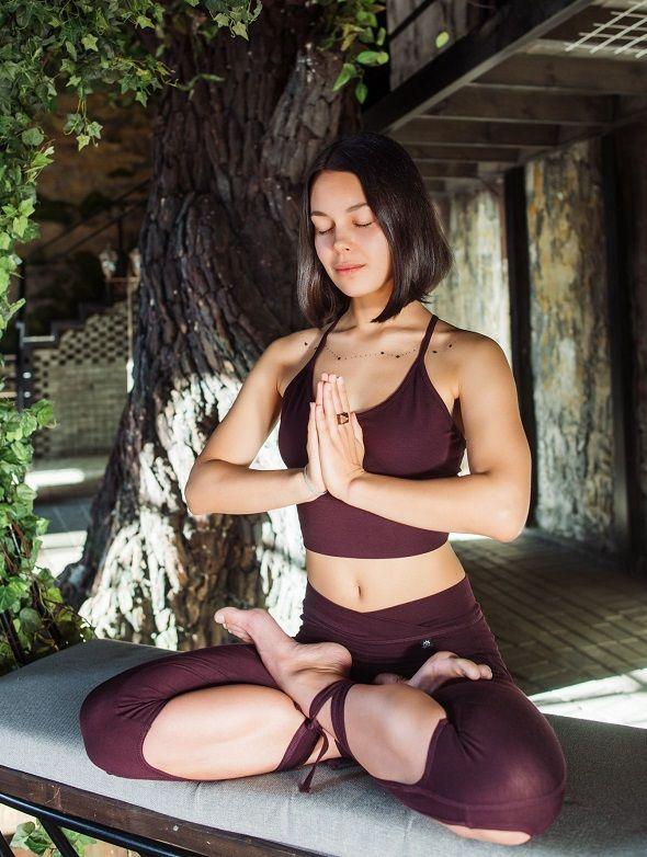 Йогиня медитирует в одежде от Йогин (серия Ojas Aura)